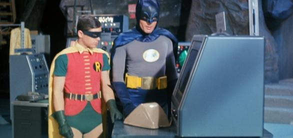 Burt Ward, o Robin, ao lado de Adam West, no set da batcaverna