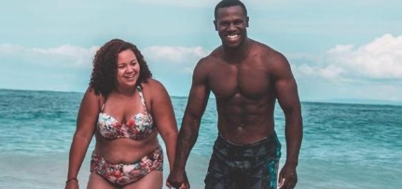 Foto publicada por Jazzy mostra o casal curtindo a praia ( Foto: Reprodução/Rede Social)