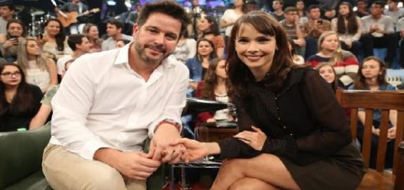 O casal Murilo Benício e Débora Falabella junto no programa 'Altas Horas'