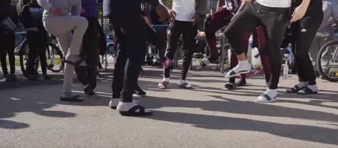 Quand les jeunes change la mode : les claquettes-chaussettes !