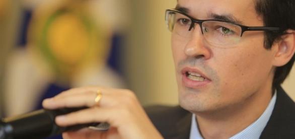 Deltan Dallagnol faz duras críticas contra Aécio pelo Twitter