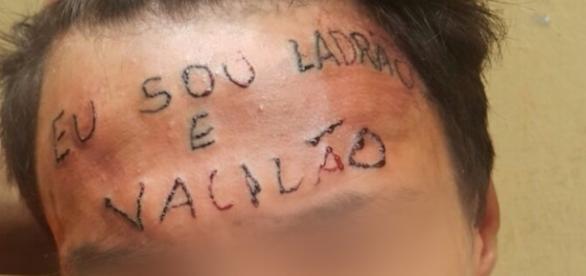 """""""Eu sou ladão e vacilão"""" foi tatuado na testa de jovem acusado de roubo (Foto: Reprodução)"""