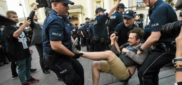 Policja wynosiła protestujących przeciw miesięcznicy smoleńskiej (fot. wyborcza.pl)
