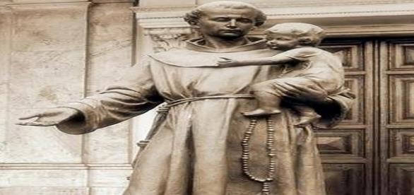 Estátua representando Santo Antônio, o Santo casamenteiro