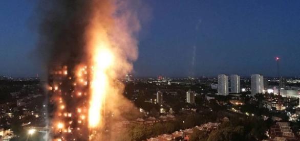 Imagem do Incêndio em Londres nesta quarta-feira (14) (Foto: Reprodução)