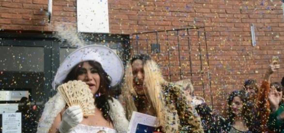Shirley (de branco) e Luciana formam o primeiro casal trans a oficializar a união na Argentina