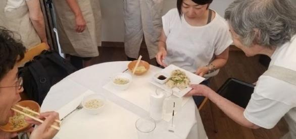 This pop-up restaurant in Japan has been making headlines for their unique concept of hiring waiters with dementia. (Image Source: Mizuho Kudo)