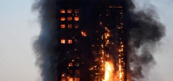Una torre en Londres queda totalmente cubierta de fuego