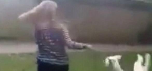 Vídeo mostra a jovem rodando o cachorro pelo pescoço (Foto: Reprodução/Vídeo)