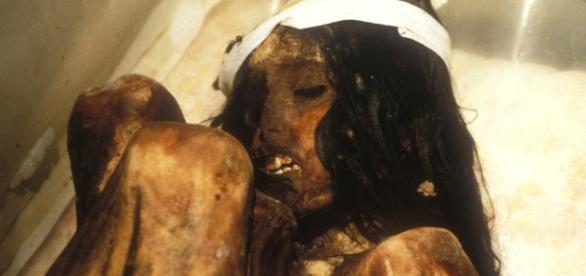 A múmia Juanita é um corpo bem preservado de uma menina inca; acredita-se que ela morreu entre 1450 e 1480, quando tinha entre 12 e 13 anos