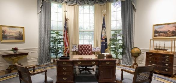 File:Bush Library Oval Office Replica.jpg - Wikimedia Commons - wikimedia.org