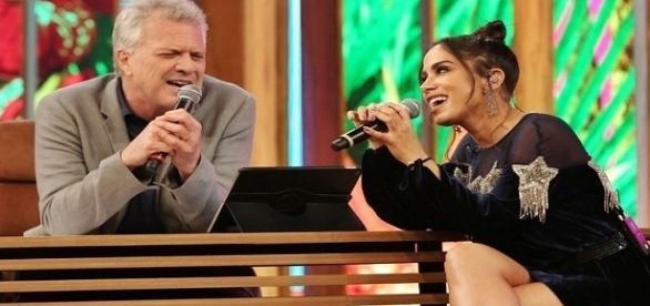 Anitta e Pedro Bial cantam juntos, fazendo sucesso