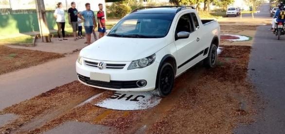 Policial destrói tapete de Corpus Christi com carro e fiéis se revoltam