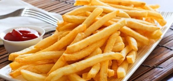 O excesso de uso do sal é um dos perigos do consumo da batata frita