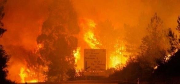 A imagem assustadora do incêndio (Reprodução/ Twitter)