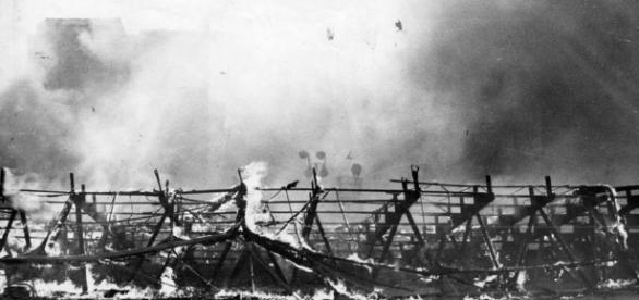 """Grande Circo Norte-Americano já totalmente consumido pelas chamas (Fonte: LIvro """"O espetáculo mais triste da terra"""")"""