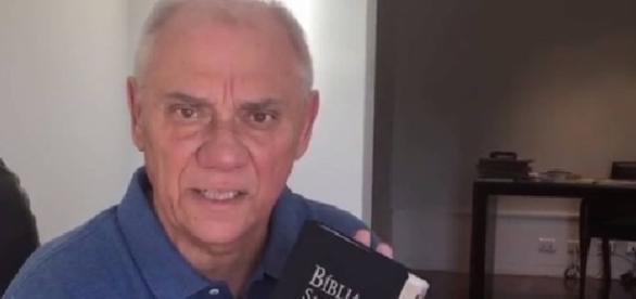 Marcelo Rezende usa a bíblia para explicar aos fãs se realmente estaria morrendo, como saiu em um veículo de notícias
