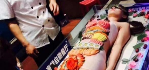 Mesa de sushi humana ficou revoltada depois de ter sido supostamente molestada por homem