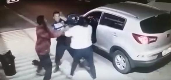 Mulher enfrenta bandidos para tirar filho do carro. (Foto: Reprodução/Vídeo)