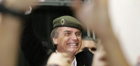O deputado federal carrega a bandeira do Exército até hoje.