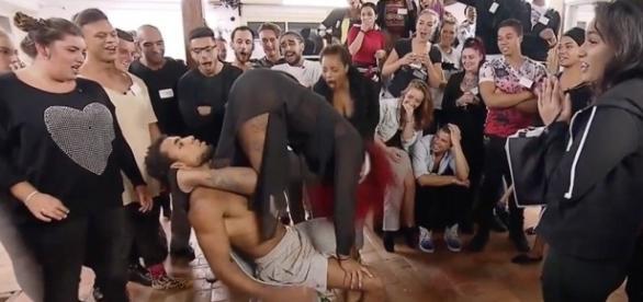 Participante faz lapdance no programa Get The F * ck - Holanda - Fora da minha casa (Foto Internet)