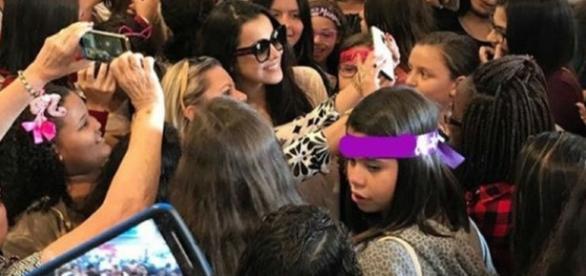 Emilly e Mayla Araújo apagaram nome de Larissa com aplicativo, tentando 'roubar' os fãs da atriz em evento. ( Foto: Reprodução)