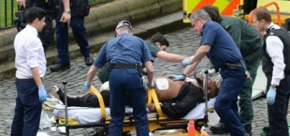 Masood sendo levado para a ambulância (Foto: Reprodução/PA)