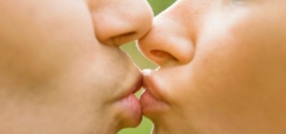As pessoas se beijam pelo fato de que precisam trocar informações sobre sua saúde física através do toque 'boca a boca' (Foto Reprodução)