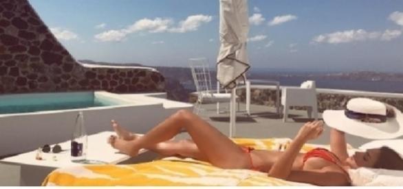 Ex de Kaká, Carol Celico, passa férias na Grécia com o namorado
