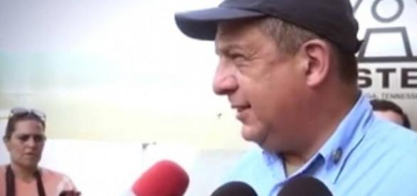 Presidente de Costa Rica prestes a engolir a vespa. (Foto: Reprodução/Vídeo)