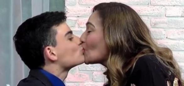 Dudu Camargo dá um selinho em Sonia Abrão