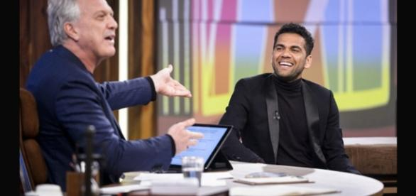Pedro Bial apresenta o jogador Daniel Alves aos telespectadores