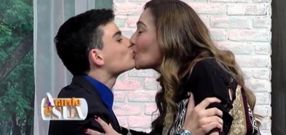 Dudu Camargo e Sonia Abrão se beijaram na boca
