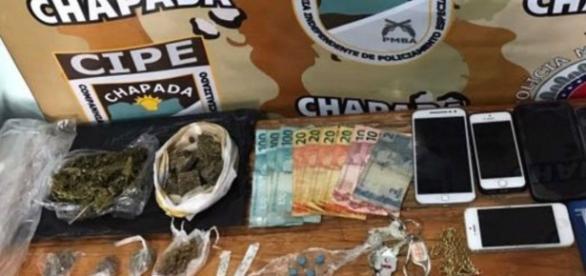 Material apreendido com o grupo era diversificado: maconha, droga sintética e até notas de Euro (foto: Divulgação / SSP-BA)