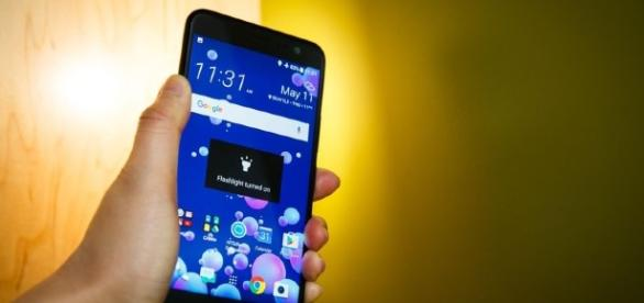 HTC U11 squeezing will have juicy features - Youtube screen grab