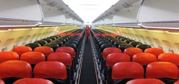 Photo AirAsia plane via Wikimedia by Mr. Choppers / CC BY-SA 3.0