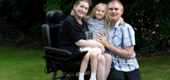 Lucinda Allen (à esquerda) posa ao lado da filha, Marri-Alice, e do marido Tony