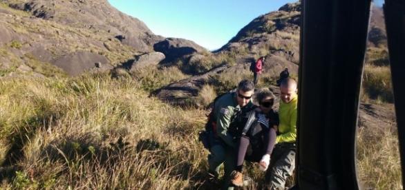 Mulher foi resgatada na tarde deste domingo (26), após queda durante trilha (Foto: Divulgação / PM)