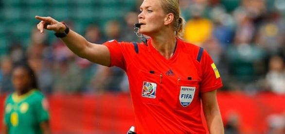 Una mujer policía será la primera árbitro en la la historia de a ... - laraza.com