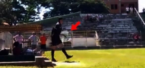 Árbitro pega arma e algemas durante partida de futebol