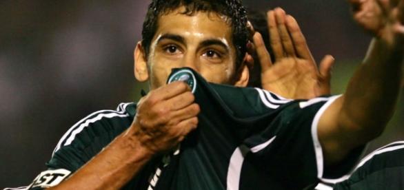 Diego Souza comemora gol quando defendia o Palmeiras (Foto: Reprodução)