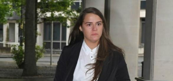 Gayle Newland chegando ao tribunal