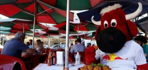 Mascote do Red Bull saboreia um delicioso bolinho de bacalhau