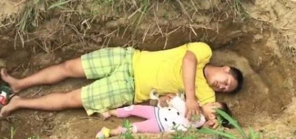 Sichuan, China: menina é colocada em cova aberta pelo pai