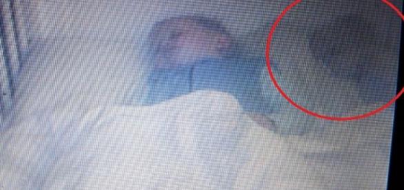 Sistema de vídeo flagrou presença estranha ao lado do bebê. ( Foto: Reprodução)