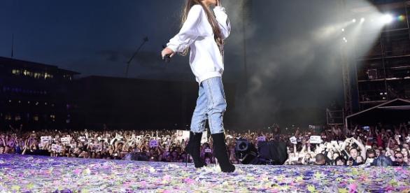 Ariana Grande durante il concerto One Love Manchester - billboard.com