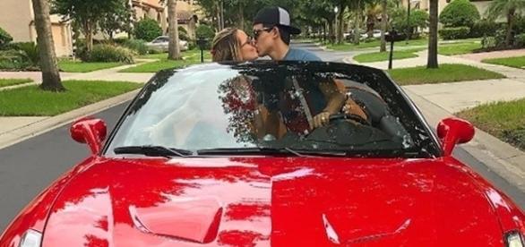 Larrisa Manoela e Thomaz Costa em Ferrari Califórnia