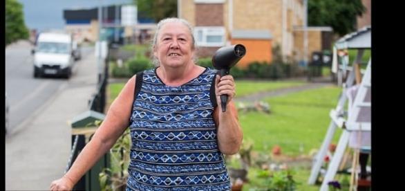 Idosa usou truque caseiro para diminuir a velocidade dos veículos que passavam em frente à sua casa