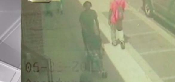 Câmera flagrou o momento em que ela entrou no metrô com o filho (NBC Nova Iorque)