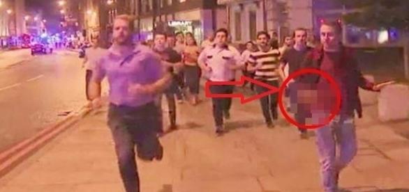Jovem viralizou nas redes sociais, segurando seu copo de cerveja ao fugir de ataque